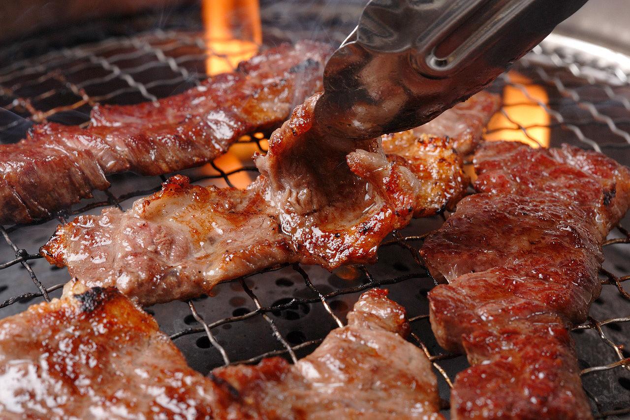 【衝撃】焼肉マニア「焼肉をレアで食べてるヤツはおかしい。プロは徹底的に焦げるほど焼いて食べる」