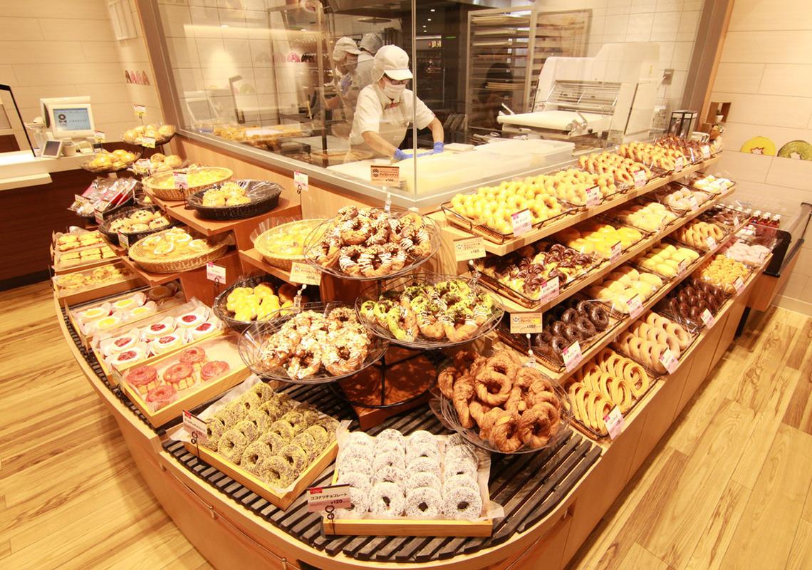 【食】ミスドがコンビニに逆襲!約半数の店舗を改装、店内のキッチンをガラス張りに店内調理をアピール
