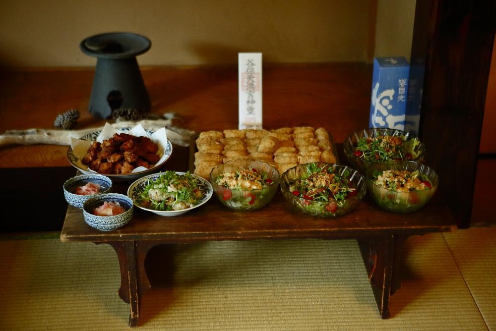 【かみあうじかん】国立なないろハウスにて 谷保天満宮の神札へ向けて 御食事をご奉納して 撮影:写真家・林建次