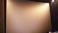 CGV千戸のIMAXスクリーン。客席のぎりぎりまで下がって写しましたがスクリーンが全部写らない。右下の人で大きさがわかりますでしょうか?