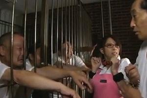 【エロ画像】監獄の老人介護の女は毎日セックスさせられて大変な件