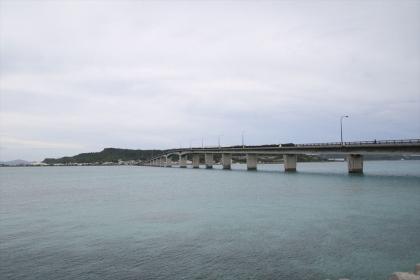 浜比嘉島から平安座島を見る