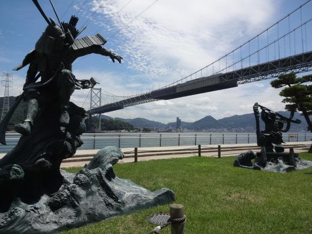 関門大橋と源平像