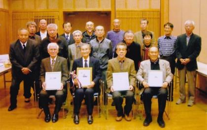 銀嶺会総会の記念写真(エイジレス賞受賞のメンバーと) 三和荘にて