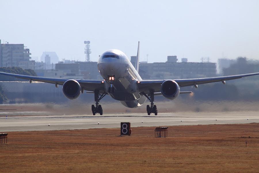 JAL B777-346 / JAL2081 (JA8942)@RWY14Rエンド・猪名川土手