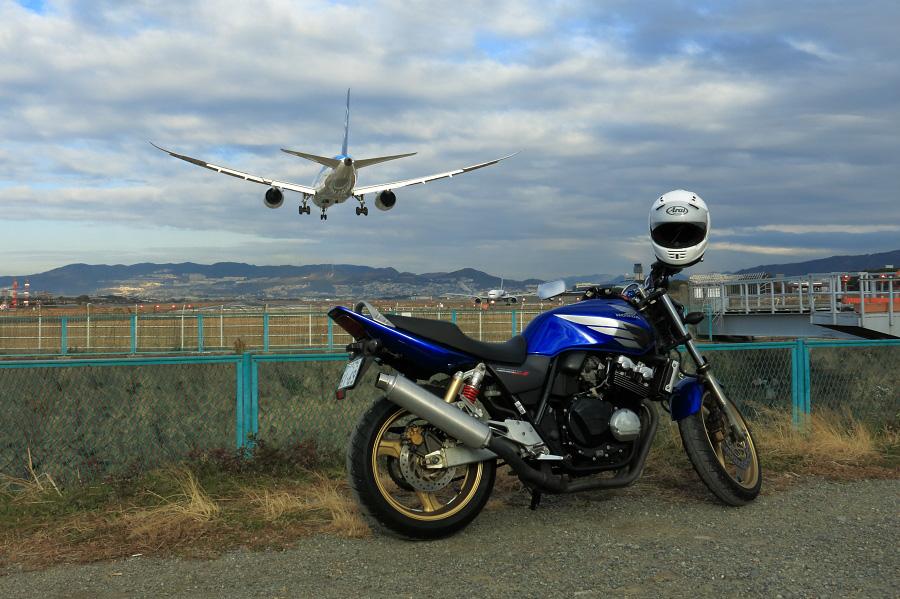 My CB号(CB400SF-SpecⅢ)& ANA B787-8 / ANA15 (JA819A)@RWY32Lエンド・千里川土手