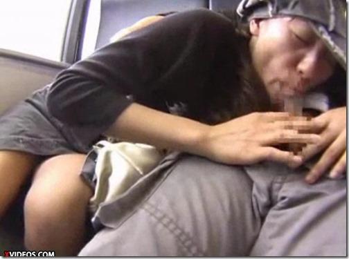 【素人痴漢電車・エロ動画】座席でおっぱい、オマンコ愛撫され、おばあさんのような顔でフェラするお姉さん