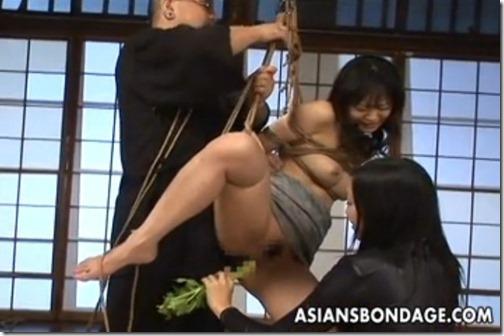 SMエロ動画:小姑の「淫謀」好き嫌いする嫁のオマンコに三角木馬責めの後、野菜を喰わせる異物挿入エロ動画