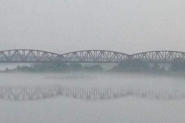 霧の中の橋