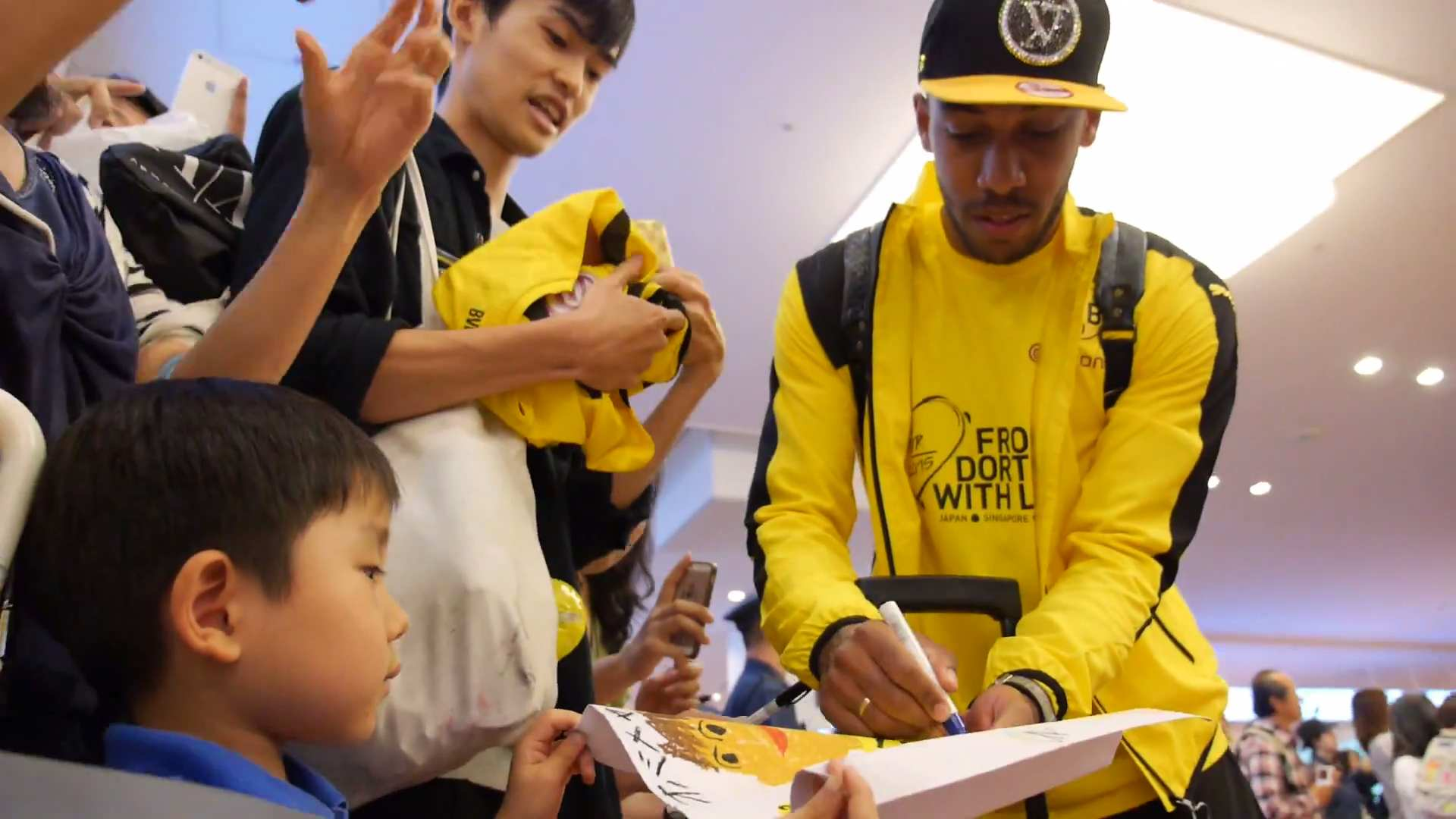 Aubameyang SIGN JAPANESE BOY