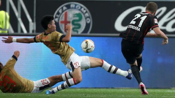 Der Frankfurter Marc Stendera schießt den Ball vorbei an Kento Hashimoto und Kazunori Yoshimoto vom FC Tokyo