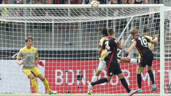 Stefan Aigner (Frankfurt) trifft per Kopf zur 32Führung gegen Torwart Tatsuya Enomoto (FC Tokyo)