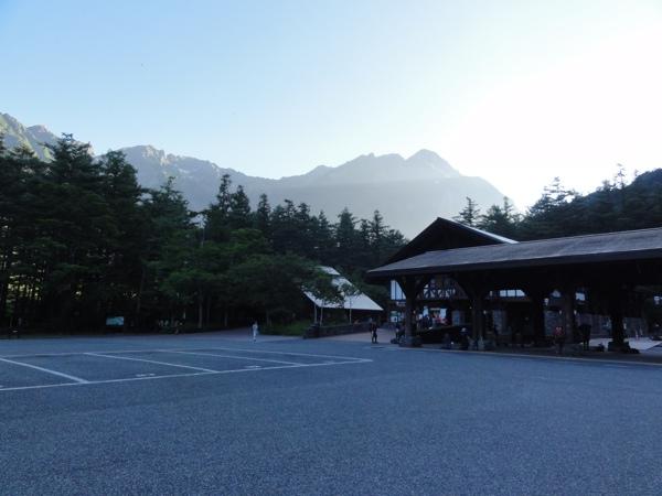 早朝の上高地バスターミナル
