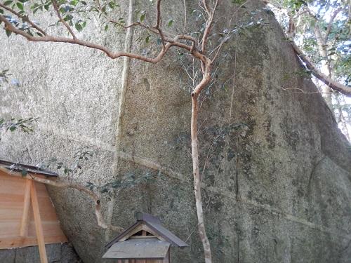 岩尾神社巨石の十字