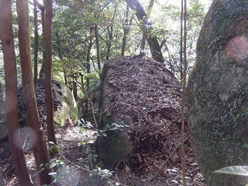 岩尾神社境内の巨石2