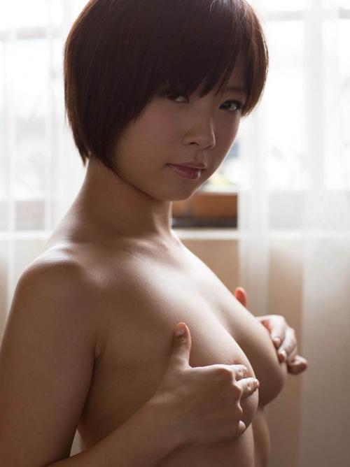【乳エロ画像】パンツ下ろしたら見せてくれる?是非拝ませて欲しい手ブラおっぱい(*´д`*)