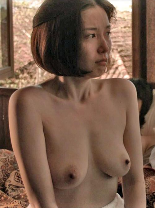 三津谷葉子 乳首