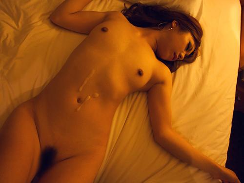 イカされて大量ザーメンをぶっかけられたお姉さんのエロ画像