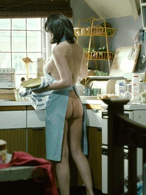 【美尻エロ画像】飯食う前に襲うのが礼儀w嫁が尻丸出しでお料理中www