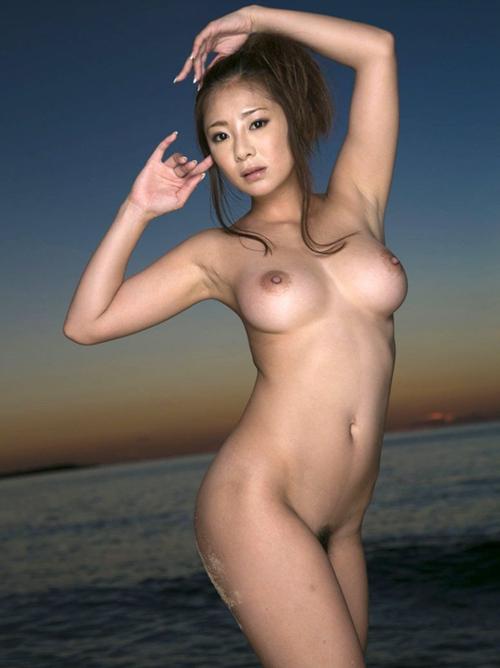 まさに人魚のような絶品おっぱい裸体のお姉さんが海上で艶やかにくねってる