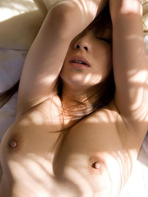 【画像】巨乳女が仰向けに寝た時のふにふにおっぱいwwwwww
