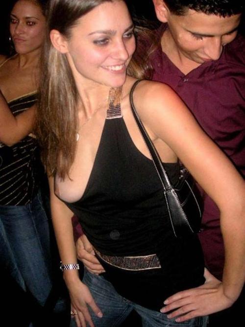 乳首チラ・乳首ポッチが拝める外国人美女のノーブラ画像