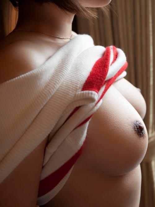 【敏感】 乳首が硬くなって乳輪がキュっと縮まってる状態のおっぱいがエロすぎるwwwwww【画像30枚】