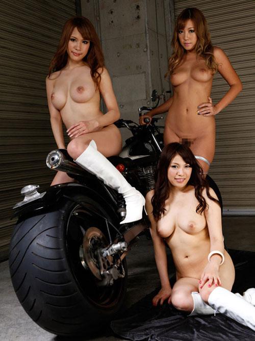 3人ともおっぱい丸出しの美女達11