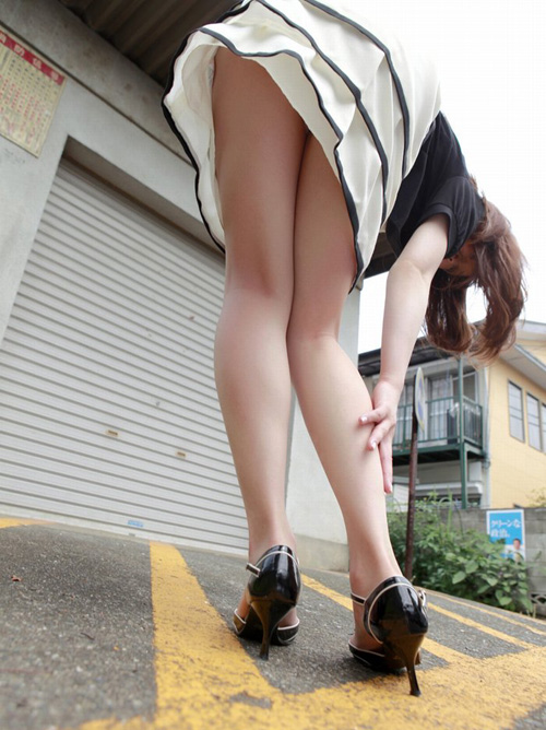 汚れてなさそうな可愛い女子大生は服の下に思わず凝視しちゃう隠れおっぱい