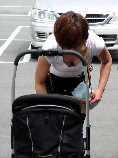 子供産んで巨乳になった素人妻wwwww街撮り胸チラおっぱいいっぱいエロ画像