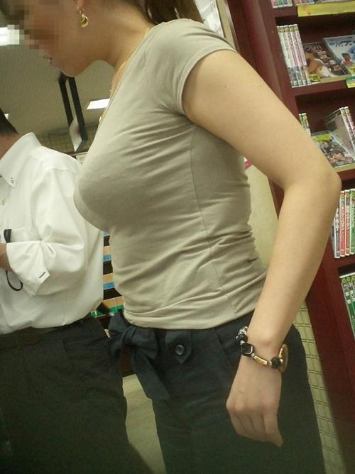 ボインとしか言い様がない着衣巨乳なおっぱいを晒して街撮り盗撮された素人のエッチ画像が凄いwww