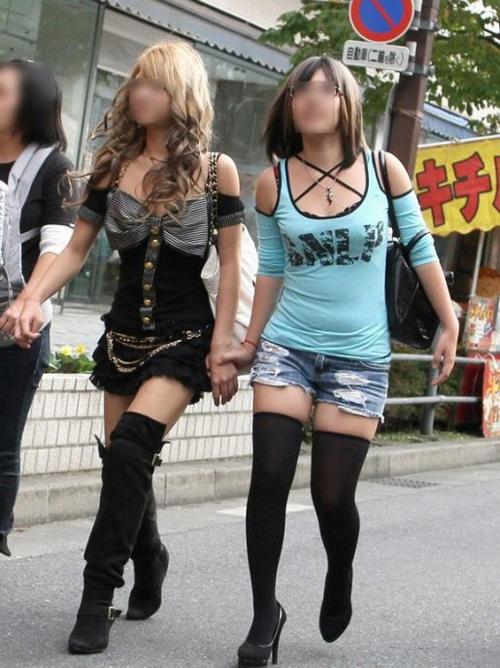【盗撮 エロ画像】街撮りされた恥じらいのない女子達の生足画像まとめwww