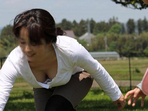 【胸チラ エロ画像】無防備に晒された素人さんの胸チラが堪らんwww