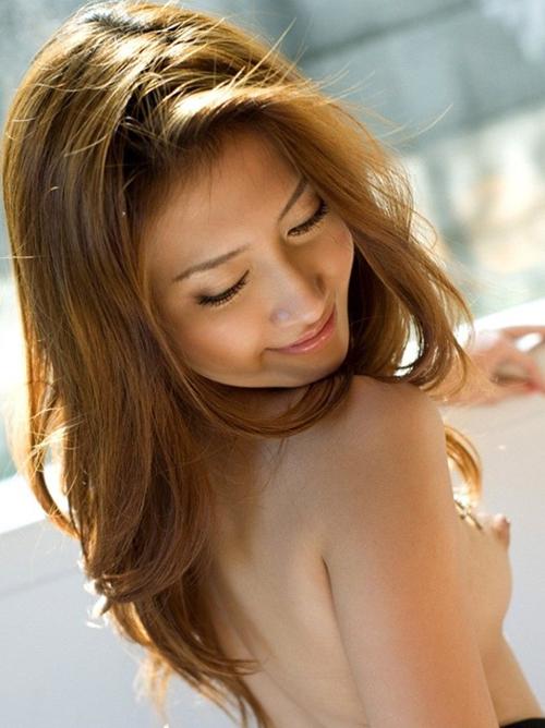 【女性の背中越し全裸ヌード】後ろからギュッと抱きしめたくなるアダルト画像
