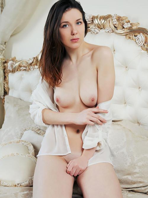 白くて柔らかそうなおっぱいとお尻を心ゆくまで揉み揉みしたくなる。もち肌美人ww