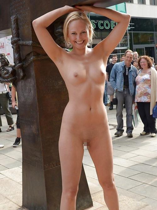 海外じゃヌーディストビーチ以外でも裸になっていいの?街中で裸になる露出狂が完全に馴染んでる件wwww