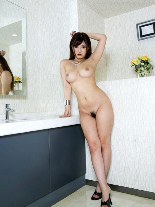 全裸でヒール履いておっぱい露出1