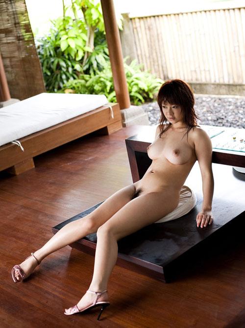 全裸でヒール履いておっぱい露出12