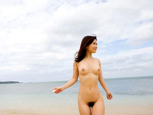 海でおっぱい丸出しのおねえさん