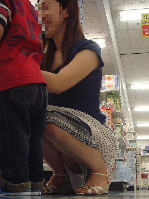 子供に意識がいきすぎてお股が無防備に・・・子連れママさんパンチラ画像www
