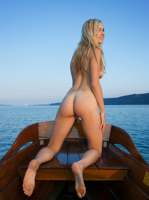 【海外エロ画像】実に叩き甲斐のある上がりっぷり!デカくて綺麗な洋モノ美尻www