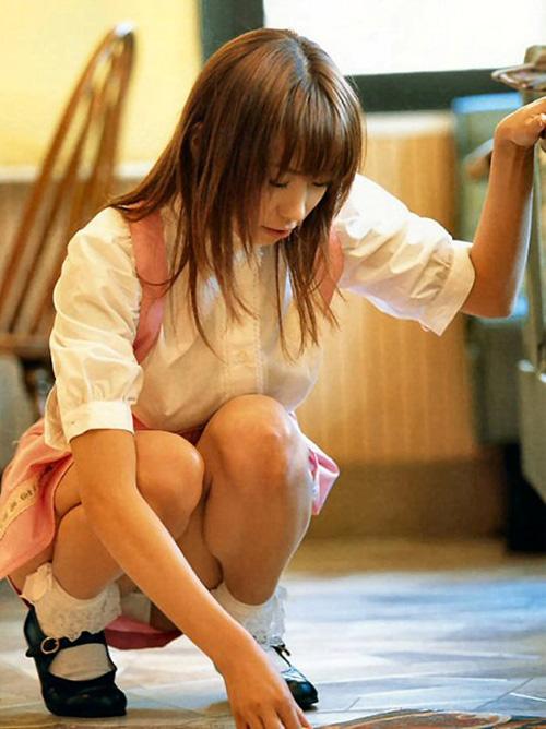 しゃがんでる女性のぷっくり股間パンティがエロすぎてワラ勃起wwwwww(画像)