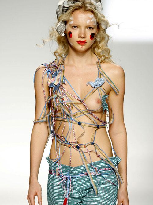 おっぱい以外に目がいかない!?超一流のモデルを使ったファッションショーが完全にストリップな件wwww
