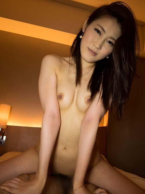 妖艶な微笑みの淫乱お姉さんのセックス画像