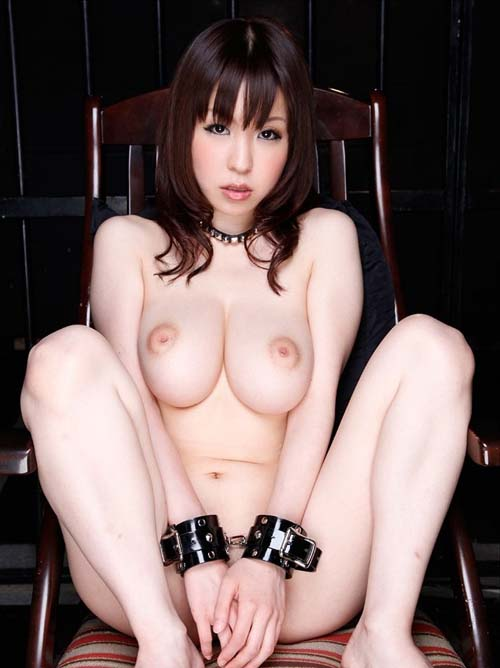 Gカップのメガおっぱい持つ女性がMっ気全開で手錠パックリM字開脚
