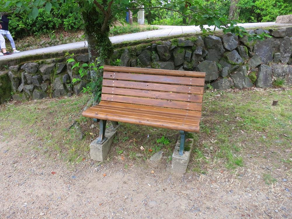 例のベンチ