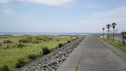 堤防に自転車を持ち上げて走ってみるも、200m程で即終了、またおろす羽目に(笑)。