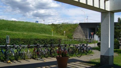 吉見総合運動公園管理事務所。サイクルラックもあって、沢山の自転車が・・まるで品評会。