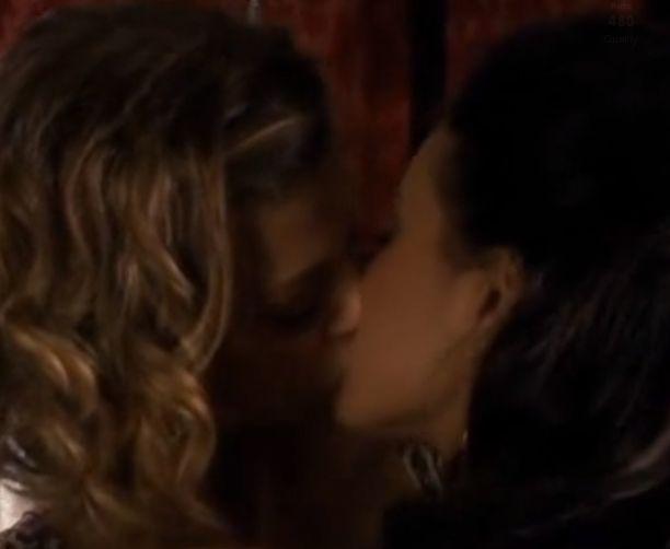 エイドリアンヌ・パリッキ ゆっくりと深く唇を重ねるレズ濡れ場映像