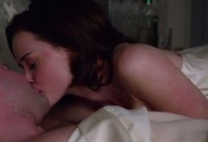 アレクシス・ブレデル 身を寄せ合い唇を重ねる濡れ場